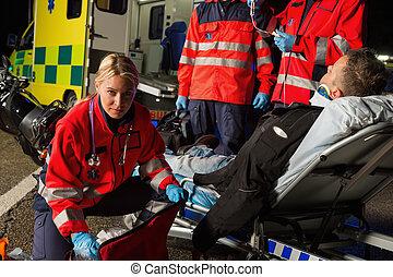 beskadiget, bistå, paramedics, chauffør, motorcycle, mand