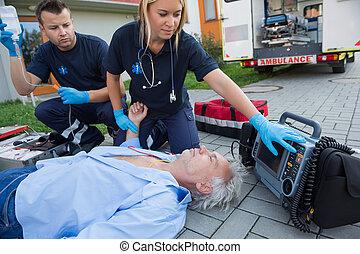 checking, paramedics, impulsen, bevidstløs, mand