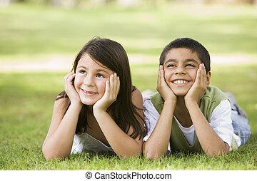 focus), park, unge, to, udendørs, (selective, smil, børn, liggende