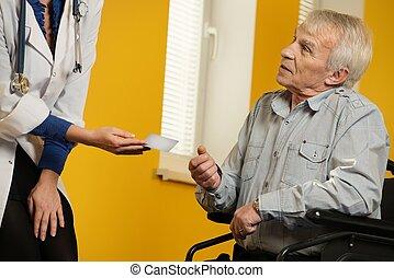 give, kvinde, klient, wheelchair, card, mand, senior, sygeplejerske