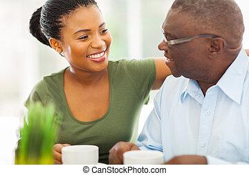 kaffe, hans, gammelagtig, granddaughteer, amerikaner, afrikansk, hjem, smil, nyd, mand