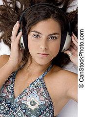 kvinde, vinkel, lægge, isoleret, hovedtelefon, høj, baggrund, udsigter