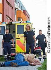 paramedics, mand, gammelagtig, bevidstløs, komme